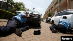 Polícia no exterior do centro comercial Westgate em Nairobi durante o ataque terrorista da al-Shabab