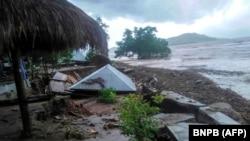 Poplave i klizišta uništile su kuće i puteve.