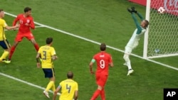 Dele Ali postiže drugi gol za Englesku protiv Švedske (Foto: AP/Thanassis Stavrakis)