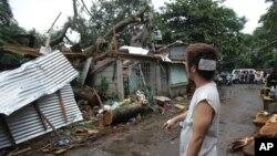 Beberapa rumah warga di kota Quezon, utara ibukota Manila, rusak tertimpa pohon yang roboh akibat topan Koppu yang melanda Filipina, Senin (19/10).