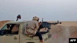 Arhiva - Borac lojalan Vladi Jemena, koju podržava Saudijska Arabija, tokom sukoba sa Huti pobunjenicima, u oblasti Al Đadana, oko 50 kilomentara severozapadno od Marbia, u centrlanom Jemenu, 22. novembra 2020.