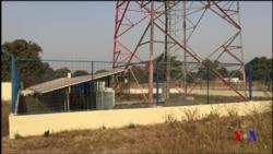 Installation de panneaux solaires dans l'ouest du Mali (vidéo)