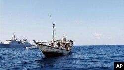 Foto dari Kementerian Pertahanan Belanda menunjukkan kapal berisi terduga pembajak Somalia yang ditangkap oleh pihak berwenang Belanda. (Foto: Dok)