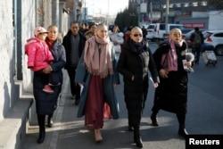 李文足等709案维权律师家属在中国最高法院外抗议她们的丈夫所遭受的对待。(2018年12月17日)