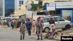 Patrouille de police après une attaque à la grenade à Bujumbura, le 3 février 2016. (REUTERS/Jean Pierre Aime Harerimama)