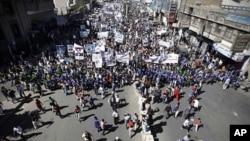 په زرګونو یمنیانو د ولسمشر صالح د معافۍ پر ضد احتجاج وکړ