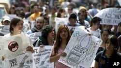 멕시코시티의 IFE 앞에서 시위자들이 니에토의 승리를 부정하며 항의하는 모습