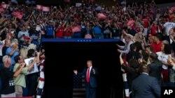 El presidente Donald Trump llega al BOK Center, en Tulsa, para pronunciar su primer mitin de campaña desde el comienzo de la pandemia, el pasado 20 de junio.