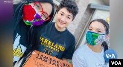 텍사스 엘파소에 있는 파크랜드 중학교에서 수학을 가르치는 미셸 산도발 비예가스 선생님이 아이들에게 '케어 페키지'를 전달하고 함께 찍은 사진.
