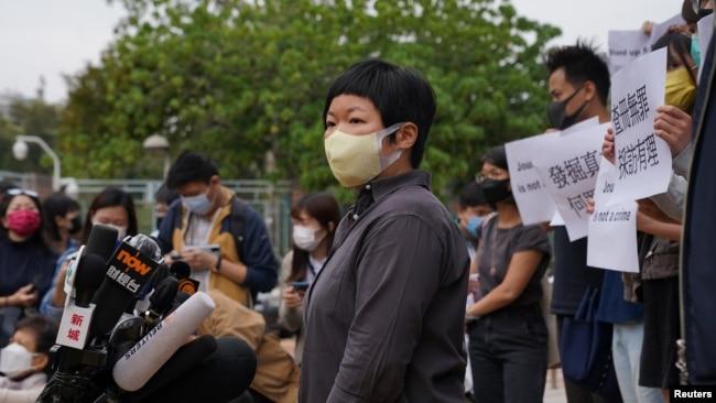 参与制作元朗721事件节目的香港电台电视编导蔡玉玲抵达粉岭裁判法院应讯。(2020年11月10日)
