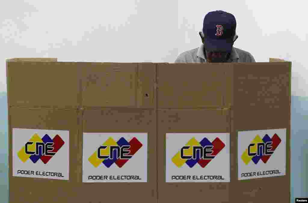 Un venezolano en pleno ejercicio de su derecho al voto.