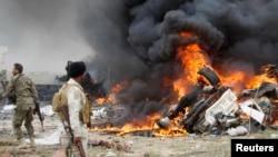 什叶派武装人员在提克里特观看爆炸后的伊斯兰国武装的自杀性汽车炸弹(资料图片)
