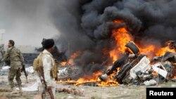 什葉派武裝人員在提克里特觀看爆炸後的伊斯蘭國武裝的自殺性汽車炸彈(資料圖片)