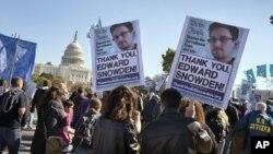 បាតុករតវ៉ានៅមុខវិមានសភាអាមេរិក U.S. Capitol ក្នុងរដ្ឋធានីវ៉ាស៊ីនតោនប្រឆាំងនឹងការឈ្លបយកការណ៍របស់ទីភ្នាក់ងារសន្តិសុខជាតិ (National Security Agency) ចំពោះពលរដ្ឋអាមេរិកខ្លួនឯង ដែលព័ត៌មាននេះត្រូវបានទម្លាយចេញដោយអតីតមន្ត្រីជាប់កិច្ចសន្យា Edward Snowden។ (២៦ តុលា ២០១៣)