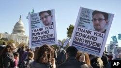 지난 26일 미국 워싱턴 의회에서 에드워드 스노든을 지지하는 시위가 벌어졌다.