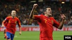 Penyerang andalan tim Spanyol, David Villa (kanan) usai mencetak dalam Piala Dunia di Afrika Selatan (foto: dok).