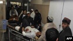Жертву теракта доставили в больницу Кандагара.