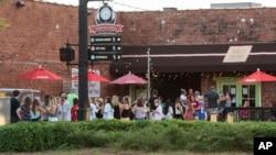 Ljudi čekaju u redu ispred restorana Tako Mama u Taskalusi u Oklahomi, 15. avgusta 2020.