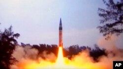 Phi đạn hạt nhân liên lục địa Agni-V dài 17,5 mét, nặng 50 tấn, có thể bắn trúng mục tiêu xa hơn 5.000 km. (Ảnh tư liệu)