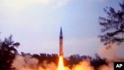 印度国防部发布的图片显示印度在东海岸发射导弹(2012年4月19日)