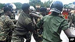 Des agents de sécurité guinéens interpellant un manifestant en septembre 2009