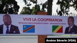 Une banderole à l'effigie des présidents Tshisekedi et Sassou N'Guesso, au rond point de la Défense à Brazzaville, le 6 février 2019. (VOA/Arsène Séverin)