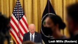 """Presiden AS Joe Biden dalam pertemuan dengan anggota tim keamanan nasional dan para pemimpin sektor swasta untuk membahas bagaimana """"meningkatkan keamanan siber bangsa,"""" di Ruang Timur di Gedung Putih di Washington, AS, 25 Agustus 2021. (Foto: REUTERS/Leah Millis)"""
