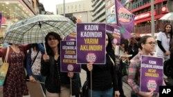 Des Turques manifestent contre le président turc Recep Tayyip à Ankara, en Turquie, le 6 juin 2016.