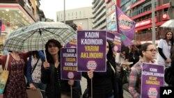 Perempuan Turki meneriakkan slogan dalam aksi protes menentang imbauan Presiden Turki Recep Tayyip di Ankara, Turki (6/9).