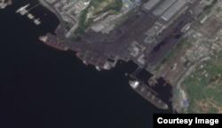 북한 남포 석탄 수출항의 지난 8월 위성사진. 유엔 안보리의 대북 추가제재 이후에도 여전히 활발한 모습이다. 구글어스 이미지.