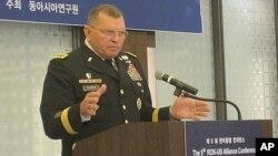 驻韩美军司令瑟曼将军星期五在首尔研讨会上讲话