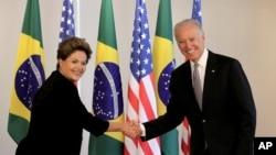 La presidenta de Brasil, Dilma Rousseff, saluda al vicepresidente Joe Biden en el palacio presidencial de Planalto, Brasilia.