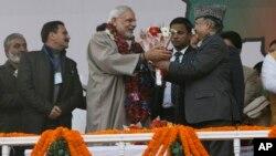 PM India Narendra Modi (tengah) saat tiba di ibukota Kashmir-India, Srinagar hari Senin (8/12).