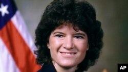 သမၼတရဲ႕လြတ္ေျမာက္မႈဆုရရွိသူ ပထမဆံုးအေမရိကန္အမ်ိဳးသမီးအာကာသယာဥ္မွဴး Sally Ride (၂၃ ဇူလိုင္ ၂၀၁၂)
