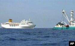 """""""Talenduic"""" adlı Fransız balıkçı gemisi Costa Allegra'yı limana çekiyor"""