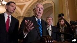 Pemimpin mayoritas Senat AS Mitch McConnell (tengah) dan para Senator partai Republik menjawab pertanyaan wartawan di gedung Capitol (foto: dok).