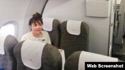 Đoàn Thị Hương trên máy bay từ Kuala Lumpur về Hà Nội, tối ngày 3/5/2019. Photo TTXVN