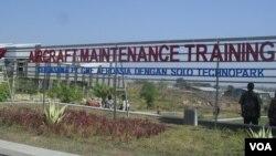 Pusat Pelatihan Perawatan Pesawat Terbang Indonesia pertama yang berada di Solo, Jawa Tengah. (Foto: VOA)