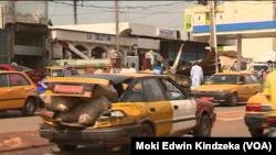 Les taxis ont été obligé à réparer leurs véhicules à Yaoundé, au Cameroun, le 16 novembre 2016. (VOA/Moki Edwin Kindzeka)