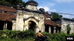 斯里兰卡北部,内战时期毁损的房屋至今到处可见。(美国之音朱诺拍摄,2015年12月23日)