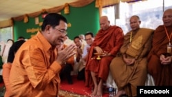 Perdana Menteri Kamboja Hun Sen, dalam sebuah upacara tradisional di daerah Angkor Wat, provinsi Siem Reap, April 2016.