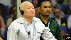 Khieu Samphan, (trái) cựu chủ tịch nước của Khmer Đỏ, tại phiên tòa hôm 16/11 ở Phnom Penh, Cambodia