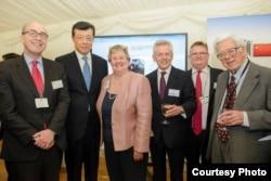 葛力恒(左四)、中国驻英大使刘晓明(左二)2月11日在英国议会庆祝农历新年茶会上 (葛力恒推特图片 - Twitter @RichardGrahamMP)