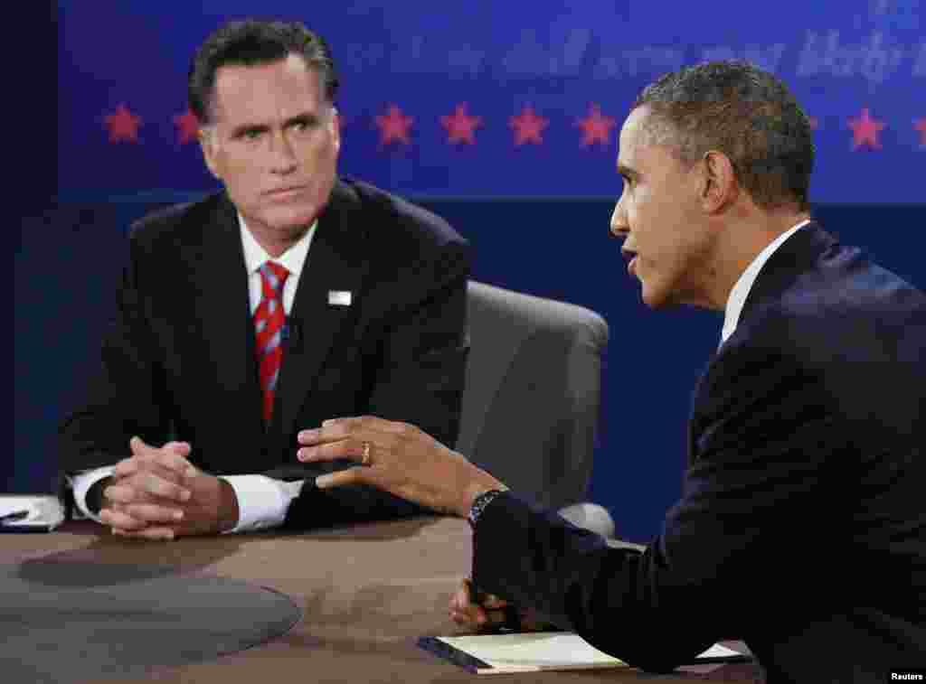 在最后一场总统辩论上,奥巴马发言,罗姆尼一旁聆听,准备反驳。