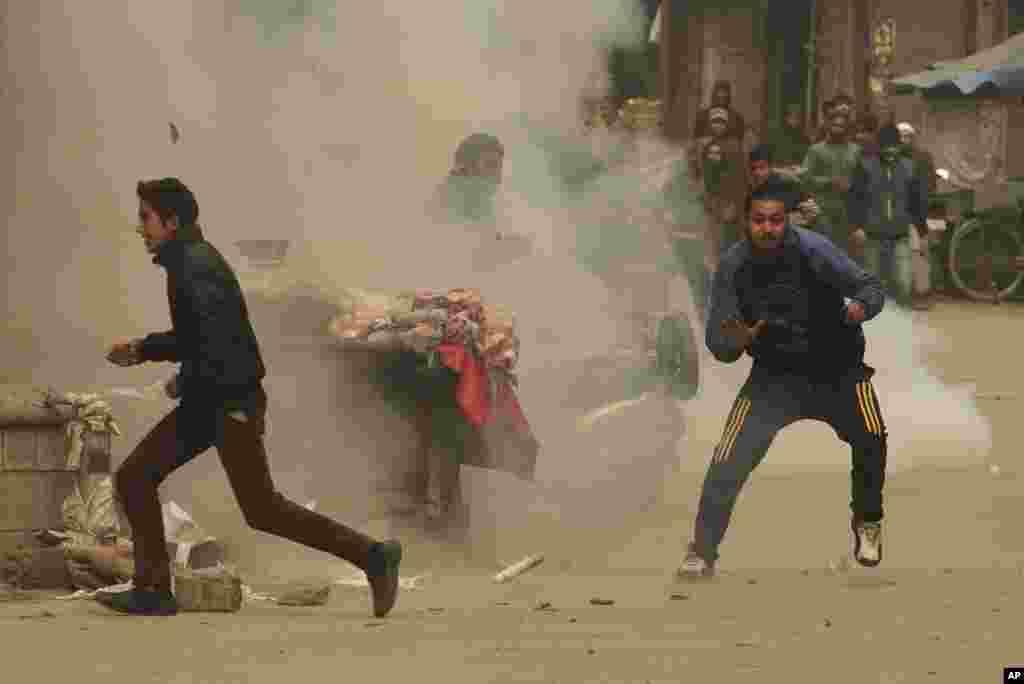 인도 스리나가에서 정부의 식품 안전규제 강화 조치에 항의하는 시위가 벌어진 가운데, 시위대 주변에서 최루탄이 폭발했다. 조치가 시행되면 주민들에 대한 식량 배급이 크게 줄 전망이다.