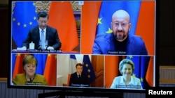 歐盟領導人和中國國家主席習近平出現在布魯塞爾舉行的一個視頻會議的屏幕上。(2020年12月30日)