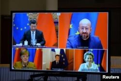 欧盟领导人和中国国家主席习近平出现在布鲁塞尔举行的一个视频会议的屏幕上。(2020年12月30日)