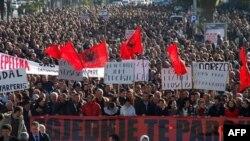 Những người ủng hộ phe đối lập biểu tình phản đối chính phủ ở Albania hôm 4 tháng 2, 2011