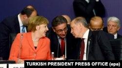 Geçen pazartesi Erdoğan ile Merkel'in 'Dünya İnsaniZirvesi' kapsamındaki buluşmalarının ardından 'vize muafiyeti ve terörle mücadelenin tanımı konusunda Türkiye'nin hassasiyetlerini de gözeten ayrıntılı bir görüşme için Avrupa Birliği kurumlarıyla görüşme yapılması' mutabakatına varıldığı açıklanmıştı. Ancak zirve sonrasında Cumhurbaşkanı Erdoğan, vize konusunda uzlaşma sağlanamaması durumunda AB ile sığınmacılar anlaşmasının yürürlüğe sokulmayacağı şeklinde sert bir açıklama yaparken, Merkel Berlin'e döndükten sonra ise Alman medyasında hükümete çevrelerine dayanılarak vize muafiyetinin askıya alındığı haberleri çıkmıştı.