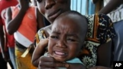 A health worker administers a yellow fever vaccine to a baby on a roadside in Abidjan, Ivory Coast after a case was discovered of yellow fever (File)